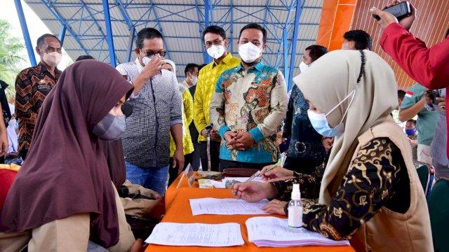 Plt Gubernur Sulsel Andi Sudirman Sulaiman (Andalan) didampingi Bupati Sinjai Andi Seto Asapa (ASA) melakukan peninjauan vaksinasi siswa SMA/SMK di Lapangan Sinjai Bersatu, Sabtu, 28 Agustus 2021.
