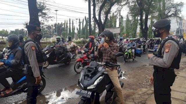Operasi yustisi Polres Gowa dalam penerapan protokol kesehatan di Jln Poros KK Wahid Hasyim Kecamatan Somba Opu, Kabupaten Gowa, Senin, 30 Agustsu 2021