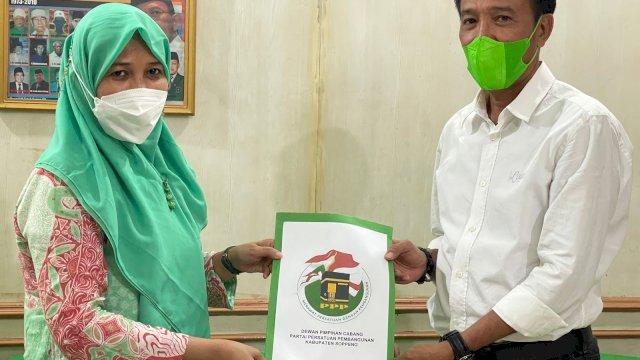 Pelaksana tugas (Plt) Ketua PPP Kabupaten Soppeng, Andi Nurhidayati Zainuddin serahkan struktur pengurus PAC PPP Soppeng di 8 kecamatan, Rabu, 1 September 2021.