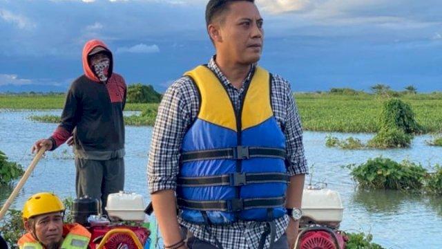 Andi Iwan Darmawan Aras (AIA) datangi sungai Bila-Labajo, Kabupaten Wajo menggunakan perahu ketinting, Jumat, 11 September 2021.