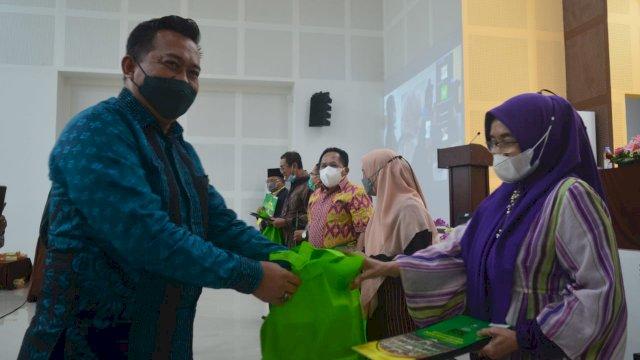 Penyerahan penghargaan kepada delapan dosen FTK UIN Alauddin Makassar, Rabu, 1 September 2021.