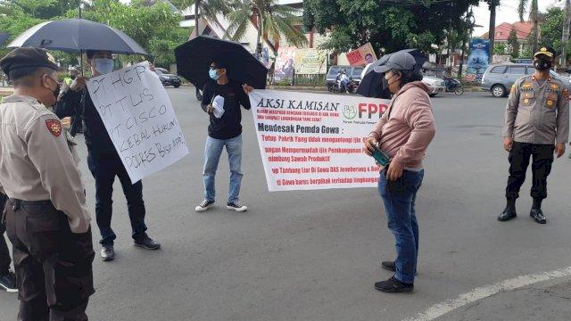 Forum Pemuda Pemerhati Lingkungan (FPPL) Kabupaten Gowa berunjuk rasa di depan Kantor Buapti Gowa, Kamis, 2 September 2021.