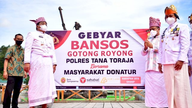 Pelaksana Tugas Gubernur Sulawesi Selatan, Andi Sudirman Sulaiman menyerahkan bantuan sosial dari Pemprov Sulsel kepada Bupati Tana Toraja, Theofilus Allorerung, Sabtu, 4 Agustus 2021.