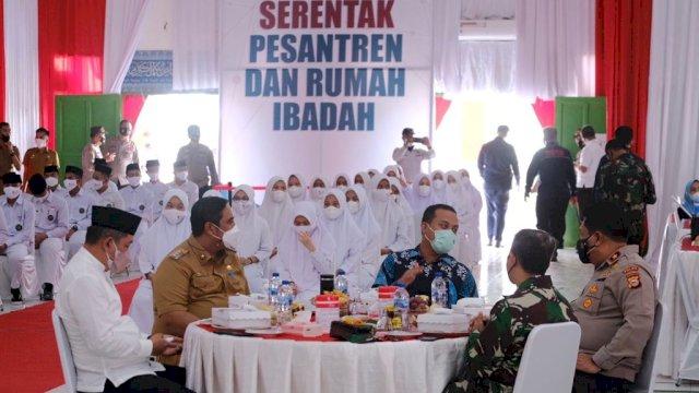 Pelaksana Tugas Gubernur Sulawesi Selatan Andi Sudirman Sulaiman menghadiri pelaksanaan Vaksinasi Merdeka di Pondok Pesantren Darul Ulum Kabupaten Maros, Selasa, 7 September 2021.