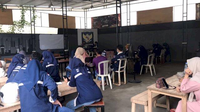 HMJ PBS UIN Alauddin Makassar menggelar kajian kontemporer di Warkop Mau.co Jln Hertasning Baru, Makassar, Sabtu, 11 September 2021