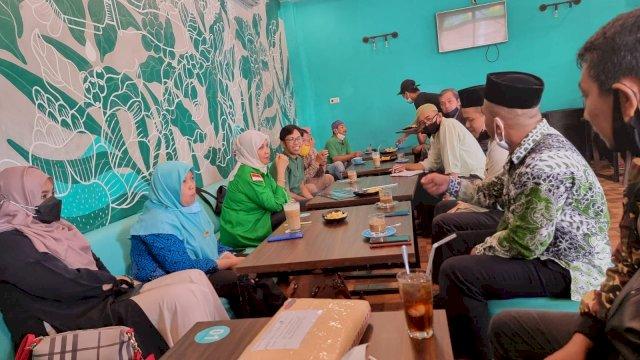 Plt Ketua DPC PPP Kabupaten Soppeng, Andi Nurhidayati Zainuddin bersilaturrahim dengan Pengurus Cabang Nahdlatul Ulama (PCNU) Soppeng di The Drip Coffee & Cafe, Jl Kemakmuran Watansoppeng, Sabtu, 11 September 2021.