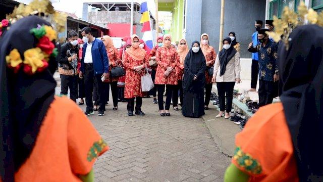 Plt Ketua Tim Penggerak PKK Sulsel, Naoemi Octarina ST mendampingi Penasehat Dharma Wanita Kementrian Pemuda dan Olahraga, Nadiah Zainuddin Amali hadiri Vaksinasi Untuk Negeri di Pesantren An-Nahdlah Makassar, Senin, 13 September 2021.
