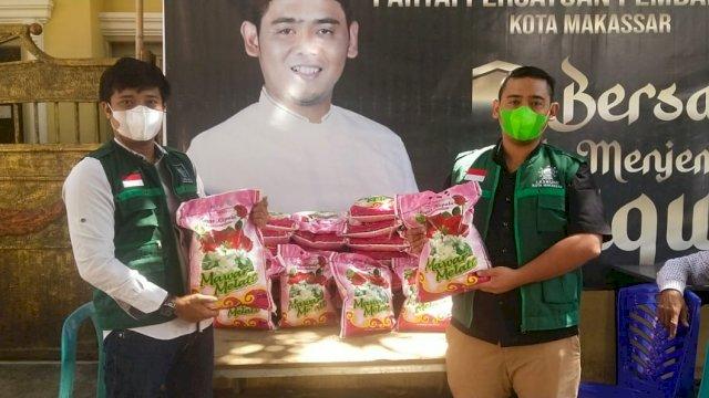 Rachmat Taqwa Quraisy serahkan bantuan korban kebakaran di Biringkanaya melalui LPBI NU Makassar, Selasa, 14 September 2021.