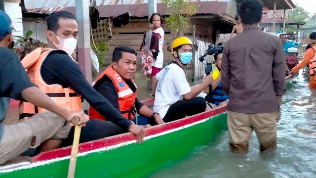 Roemah Djoeang AIA menyalurkan ratusan paket bantuan sembako kepada warga di Kecamatan Tempe, Kabuapaten Wajo yang menjadi korban dampak banjir, Senin, 13 September 2021.