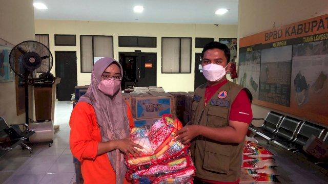Badan Penanggulangan Bencana Daerah (BPBD) Provinsi Sulawesi Selatan menyalurkan bantuan kepada daerah terdampak banjir, Kabupaten Wajo dan Bone, abu, 15 September 2021.
