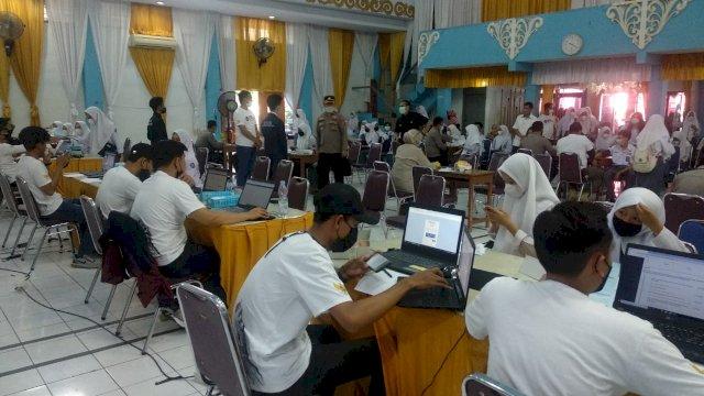 Vaksinasi bagi pelajar tingkat SMA/sederajat di SMKN 4 Makassar, Jalan Bandang, Rabu, 22 September 2021.