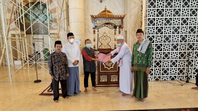 Plt Gubernur Sulsel, Andi Sudirman Sulaiman mengganti Mimbar Masjid Raya Makassar
