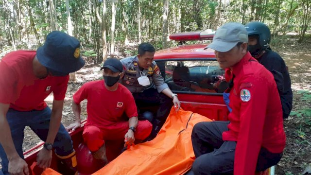 Jenazah Al Munawir (18) dievakuasi ke Puskesmas Parangloe, Kabupaten Gowa, Minggu, 26 September 2021.
