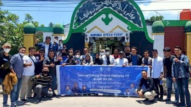 Pengurus Besar Ikatan Kekeluargaan Pelajar / Mahasiswa Indonesia (PB IKAMI) Sulsel ziarah makam pahlawan, Minggu, 26 September 2021.