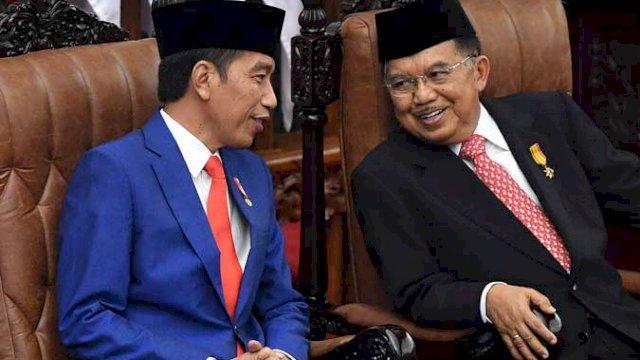 Presiden RI Jokowi (kiri) dan Ketua Umum Dewan Masjid Indonesia, Jusuf Kalla (JK) (kanan)
