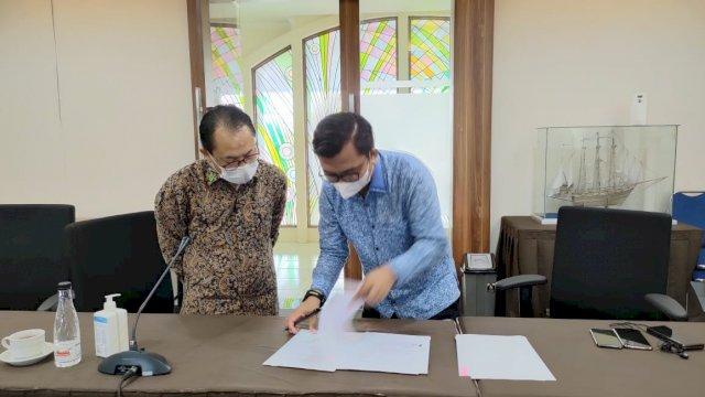 Bahtiar Maddatuang saat meneken MoU dengan Universitas Widyatama Bandung.