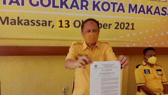 Irianto saat memeprrlihatkan SK kepengerusan DPD II Golkar Makassar.