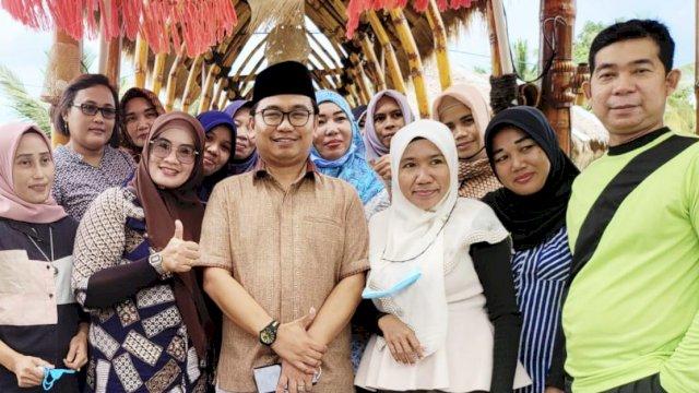 Bahtiar Maddatuang saat reuni dengan teman SMP-nya.