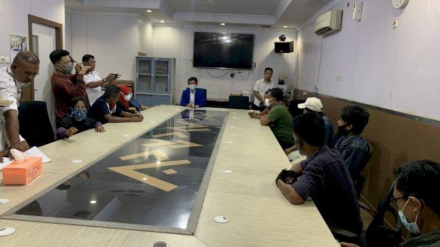 Hamzah Hamid saat menerima keluhan 30 petugas kebersihan Tamalanrea.