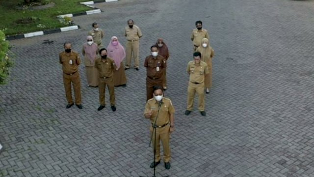 Plt Sekwan DPRD Makassar saat memimpin apel pagi.