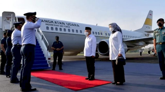 KH Ma'ruf Amin saat hendak bertolak ek Ambon menggunakan Pesawat Khusus Kepresidenan Boeing 737-400 TNI AU.