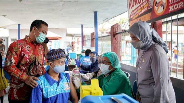 Andi Sudirman Sulaiman saat meninjau vaksinasi di Lapas Makassar.