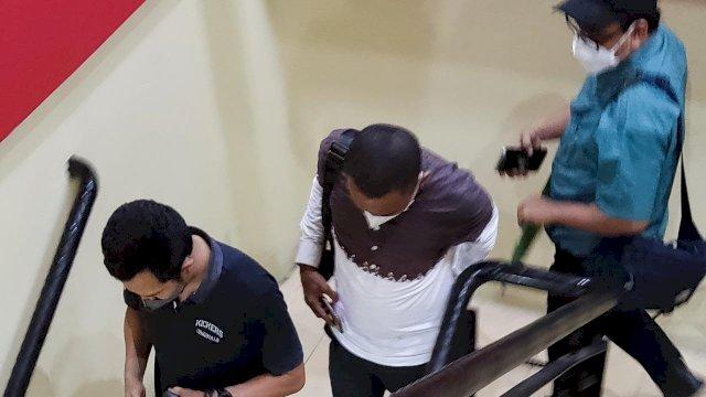 N didampingi Kuasa Hukum saat menjalani pemeriksaan di Polrestabes Makassar.