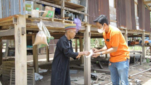 Tim Super Peduli Supriansa salurkan bantuan kepada warga Desa Laringgi, Kabupaten Soppeng, Kamis, 7 Oktober 2021.