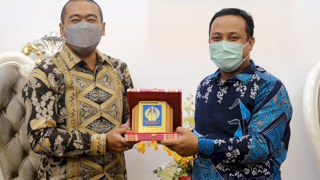 Wakil Gubernur Sumatera Barat Audy Joinaldy (kiri) dan Plt Gubernur Sulawesi Selatan Andi Sudirman Sulaiman (kanan)