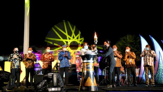 Plt Gubernur Sulsel, Andi Sudirman Sulaiman hadir mengenakan batik berwarna merah bata dengan corak kapal phinisi dan huruf lontara di acara pembukaan PON XX Papua.
