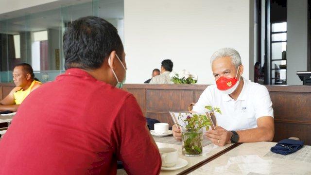 Plt Gubernur Sulawesi Selatan (Sulsel) Andi Sudirman Sulaiman ngopi bareng dengan Gubernur Jateng Ganjar Pranowo di lokasi PON XX Papua, Sabtu, 2 Oktober 2021.